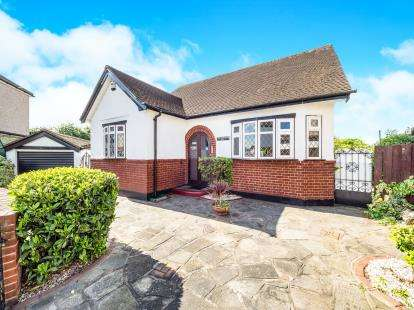 3 Bedrooms Bungalow for sale in Cambeys Road, Dagenham