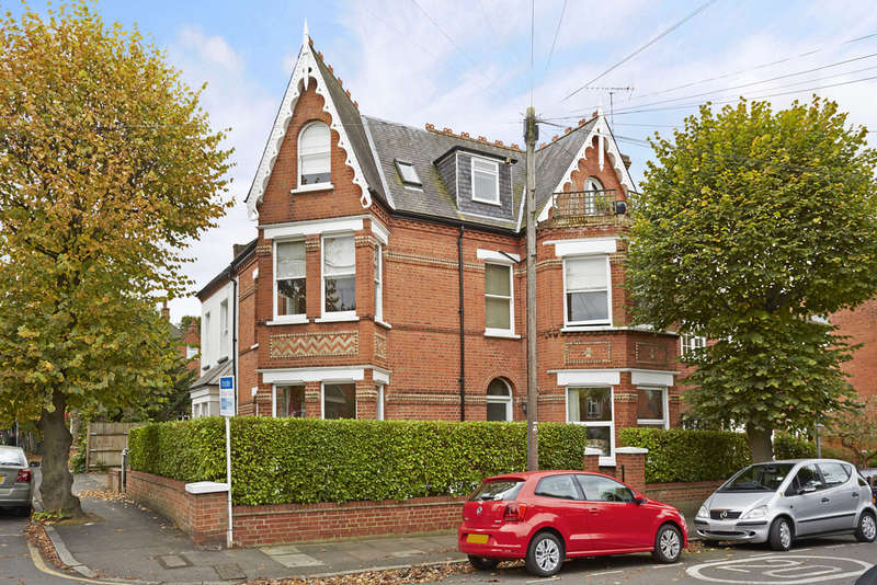 2 Bedrooms Ground Flat for sale in Brunswick Road, Kingston Upon Thames, KT2