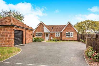 3 Bedrooms Bungalow for sale in Fritton, Great Yarmouth, Norfolk