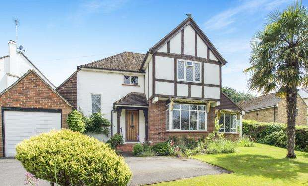 3 Bedrooms Detached House for sale in Esher, Surrey