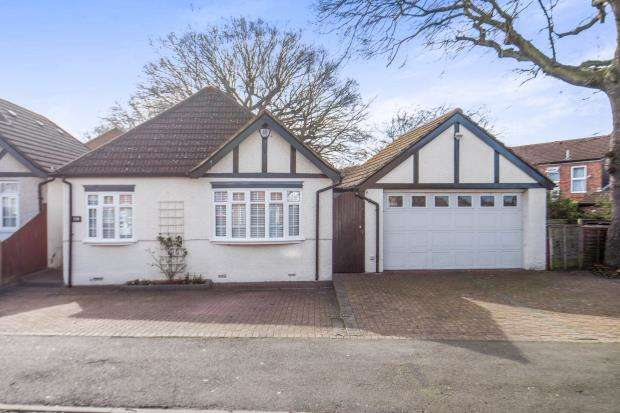 3 Bedrooms Bungalow for sale in Worcester Park