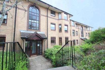 2 Bedrooms Flat for sale in Riverside Gardens, Busby