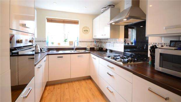 3 Bedrooms Link Detached House for sale in Roe Gardens, Three Mile Cross, Reading