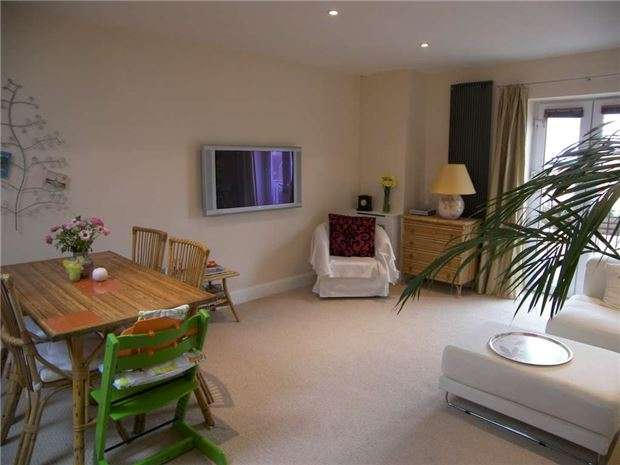 2 Bedrooms Flat for sale in Regal Close, ABINGDON, Oxfordshire, OX14 5FR