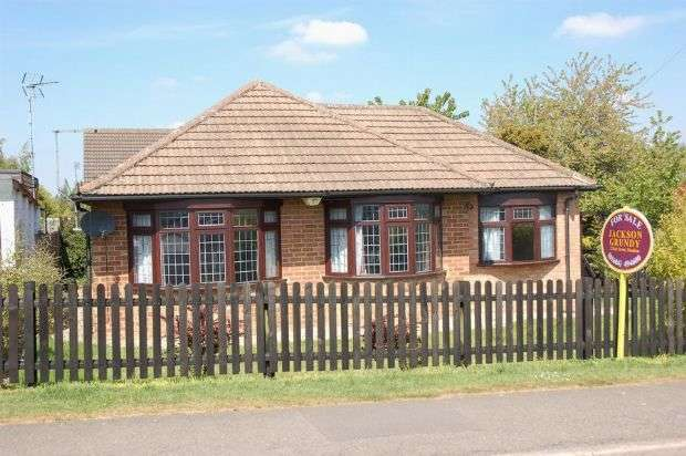 3 Bedrooms Detached Bungalow for sale in Beech Grove, Boothville, Northampton NN3 6JY