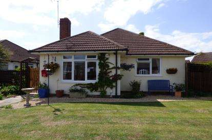 2 Bedrooms Bungalow for sale in Teddington Gardens, Gloucester, Gloucestershire