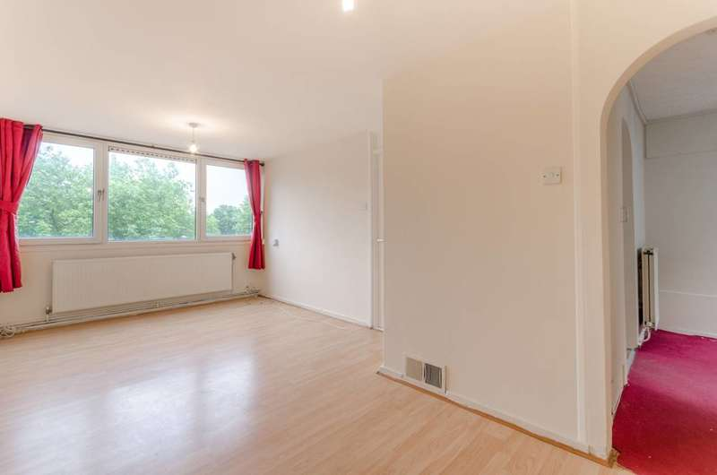 2 Bedrooms Flat for sale in Ray Lodge Road, Woodford Green, IG8
