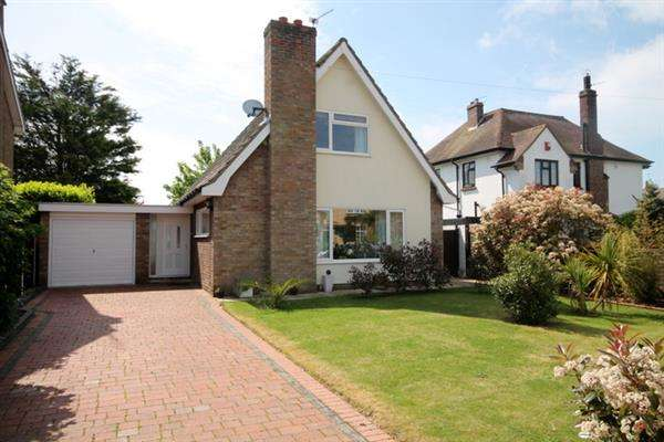3 Bedrooms Chalet House for sale in First Avenue, East Clacton