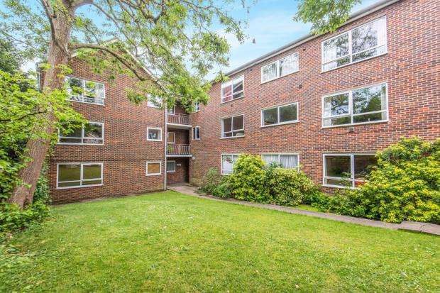 2 Bedrooms Flat for sale in Hook Road, Surbiton, England