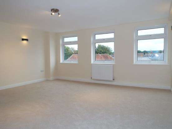2 Bedrooms Flat for sale in Farncombe Street, Godalming, Surrey