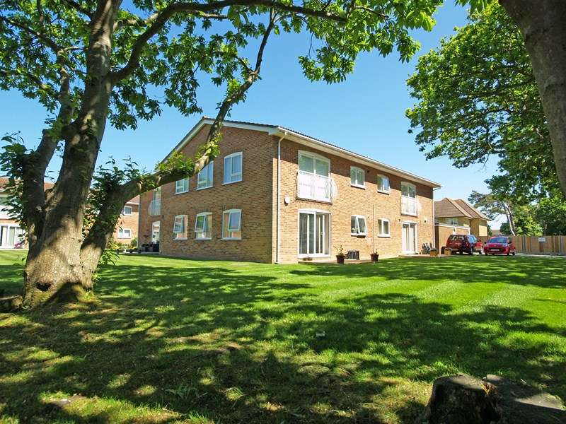 2 Bedrooms Flat for sale in Waterford Place, Highcliffe, Christchurch
