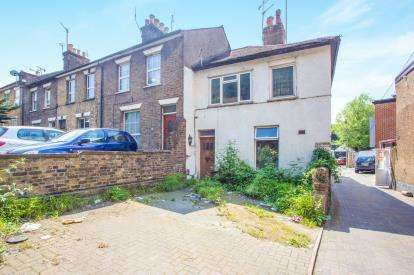 2 Bedrooms Maisonette Flat for sale in Chalk Hill, Watford, Hertfordshire, .