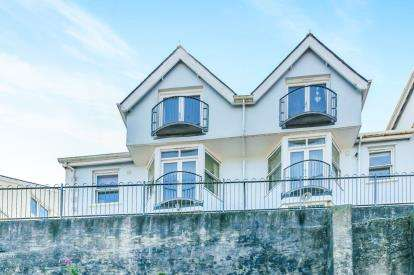2 Bedrooms Flat for sale in Hannafore Road, Looe, Uk