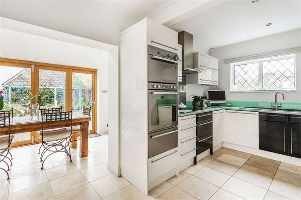 3 Bedrooms Detached House for sale in Cambridge Road, WALTON-ON-THAMES, Surrey