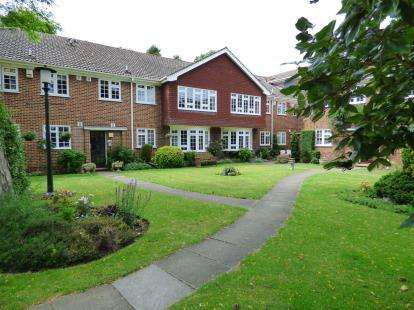 2 Bedrooms Flat for sale in Parkstone Avenue, Emerson Park, Hornchurch