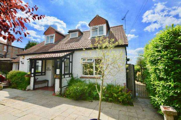 3 Bedrooms Detached House for sale in Beaconsfield Road, Epsom, KT18