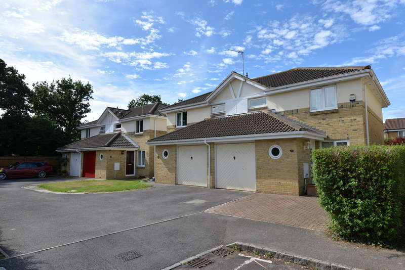 3 Bedrooms Semi Detached House for sale in Hart Close, New Milton