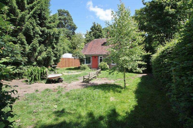 2 Bedrooms Detached Bungalow for sale in Hampers Lane, Storrington