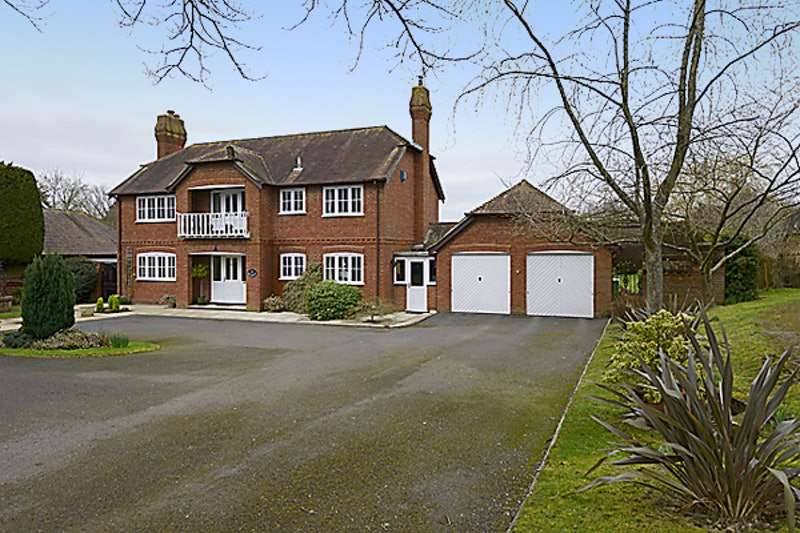 4 Bedrooms Detached House for sale in South Gardens, Burnt Hill, Berkshire, RG18
