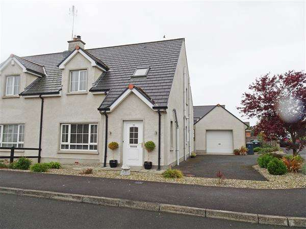3 Bedrooms Semi Detached House for sale in 44 Castle Manor