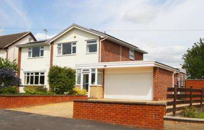4 Bedrooms Detached House for sale in Middlecroft Road, Staveley, Chesterfield, Derbyshire