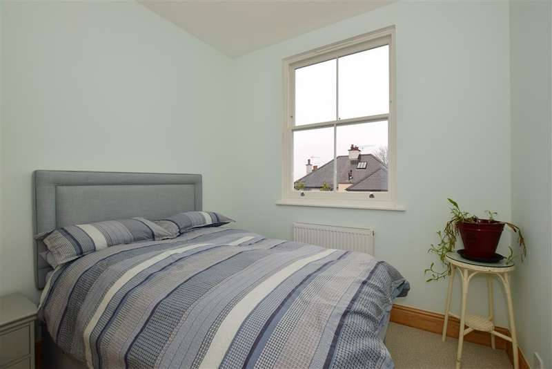 3 Bedrooms Terraced House for sale in Poplar Road, Leatherhead, Surrey