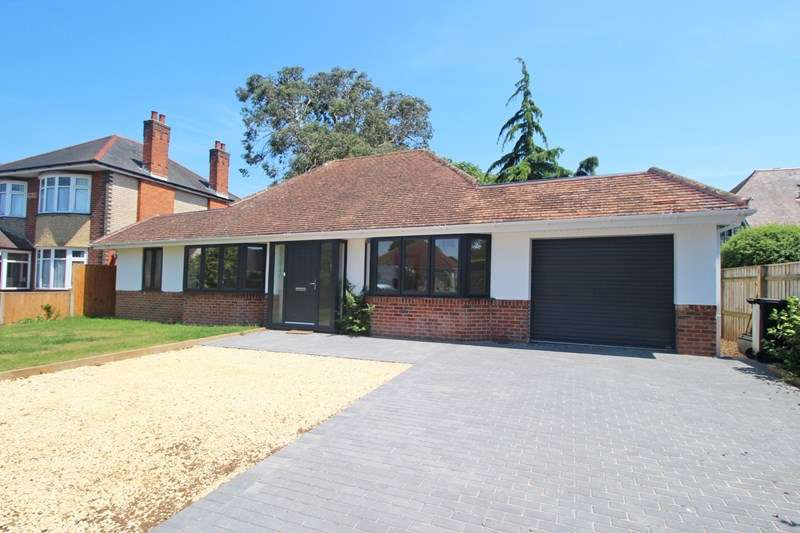 3 Bedrooms Detached Bungalow for sale in Oak Avenue, Christchurch