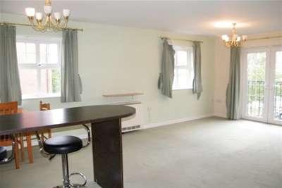 2 Bedrooms Flat for rent in Bridgewater Court, Longford Road