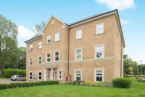 2 Bedrooms Flat for sale in Richmond Crescent, Epsom, Surrey