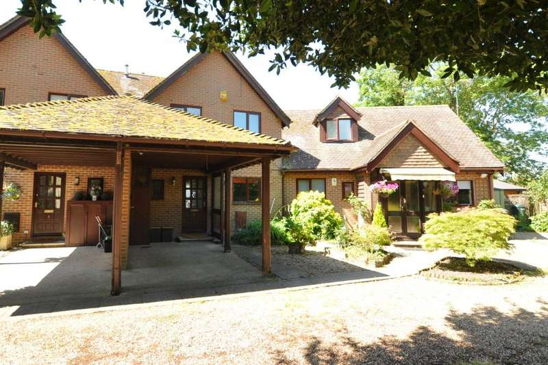3 Bedrooms Town House for sale in Handley Court, Ringwood, BH24 1EF