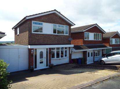 3 Bedrooms Link Detached House for sale in Appledore Close, Cannock, Staffordshire
