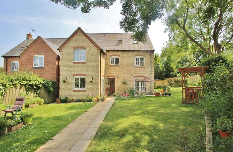 5 Bedrooms Detached House for sale in The Old Woodyard, Silverstone