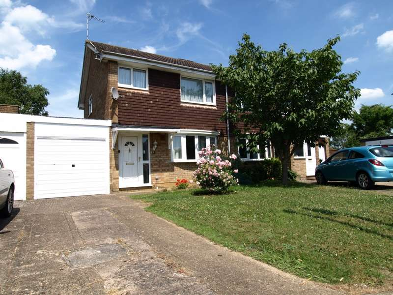 3 Bedrooms Semi Detached House for sale in Carlyle Close, Newport Pagnell, Buckinghamshire