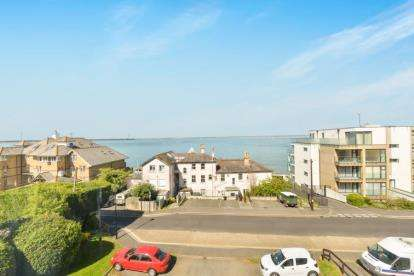 2 Bedrooms Flat for sale in Queens Road, Cowes, Isle of Wight