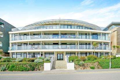 2 Bedrooms Flat for sale in 32 Headland Road, Newquay, Cornwall