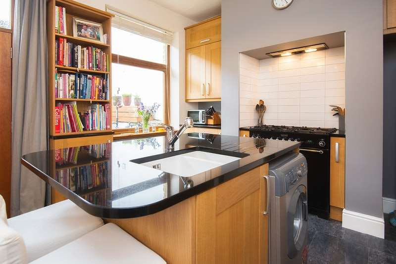 3 Bedrooms Detached House for sale in Manchester Road, Huddersfield, West Yorkshire, HD7
