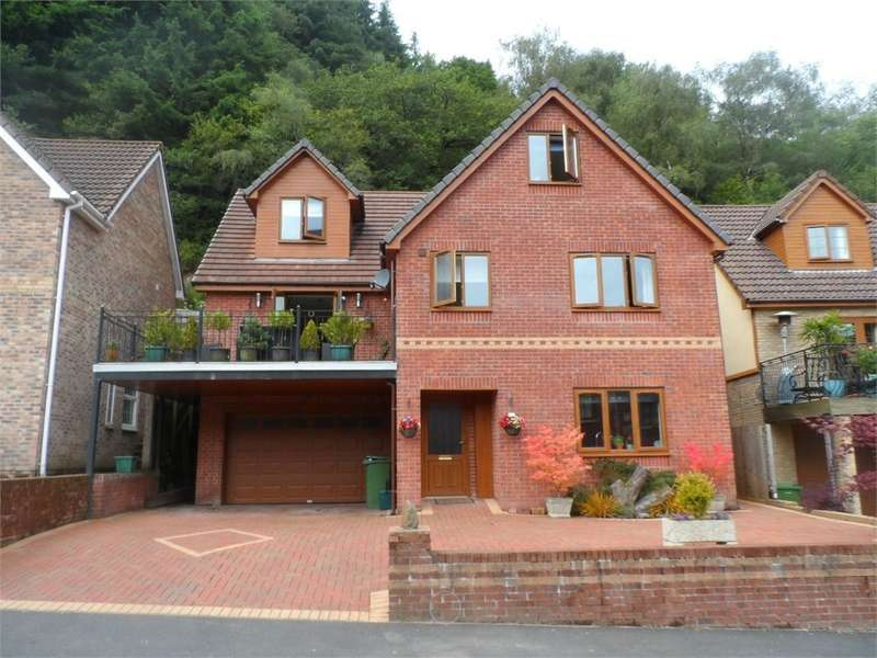 6 Bedrooms Detached House for sale in The Glade, Wyllie, Blackwood, NP12