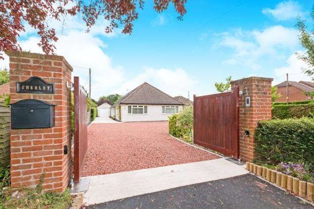 4 Bedrooms Bungalow for sale in Bramley, Tadley, Hampshire