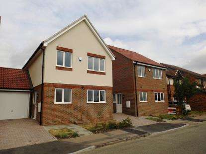 3 Bedrooms Link Detached House for sale in Hogg Lane, Chafford Hundred, Essex