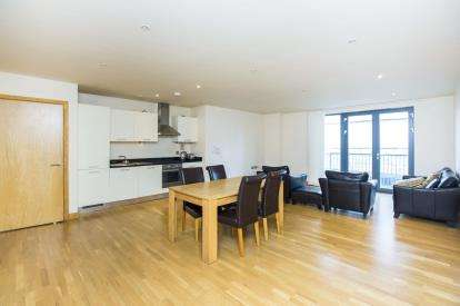 2 Bedrooms Flat for sale in 4 Roach Road, London, England