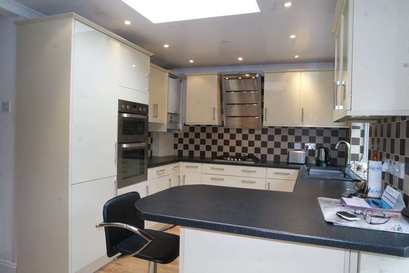 3 Bedrooms Semi Detached House for sale in Vale Drive, Barnet