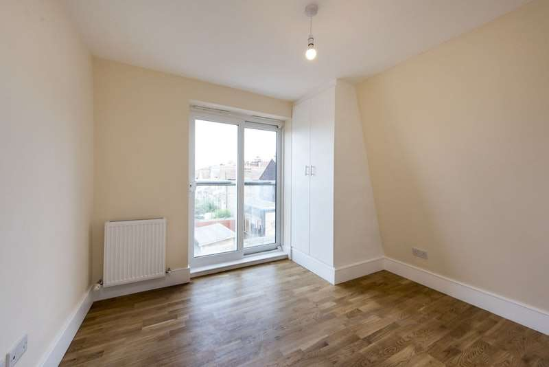 2 Bedrooms Flat for sale in Mitcham Lane, London, Essex, SW16