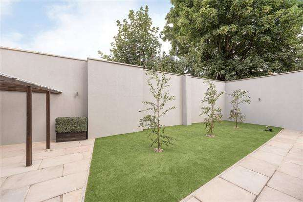 3 Bedrooms Flat for sale in Honeywood Road, London