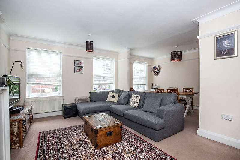 3 Bedrooms Flat for sale in North Parade, Chessington, KT9