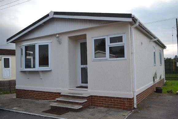 2 Bedrooms Property for sale in Mereoak Orchard, Three Mile Cross, Reading