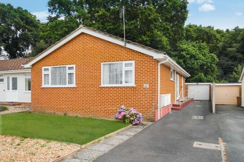 2 Bedrooms Bungalow for sale in Queens Close, West Moors