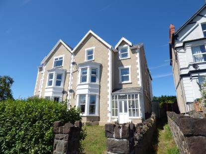 2 Bedrooms Flat for sale in York Court, York Road, Deganwy, Conwy, LL31
