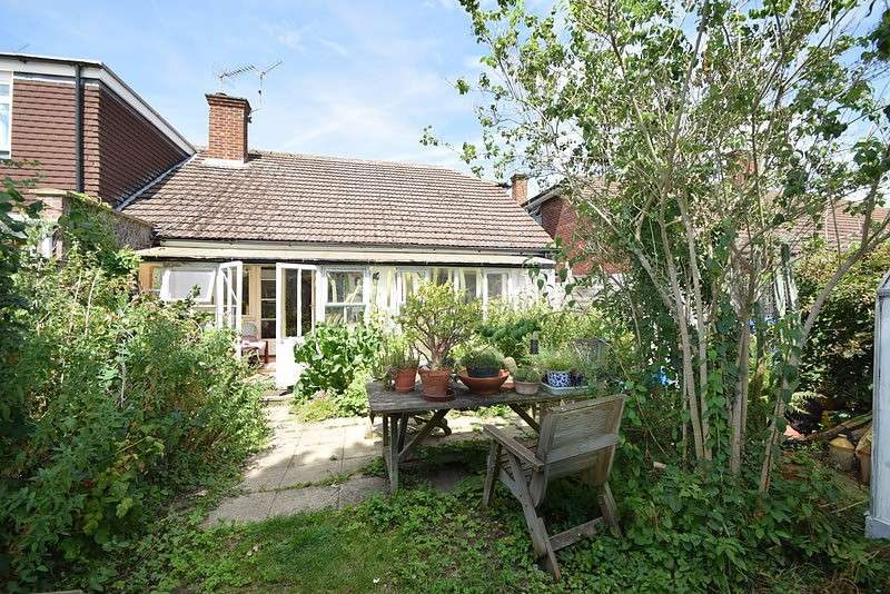 2 Bedrooms Bungalow for sale in Walpole Road, Old Windsor, SL4