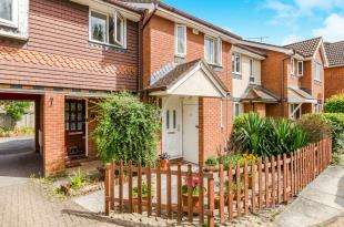 2 Bedrooms Terraced House for sale in Mitford Close, Chessington, Surrey