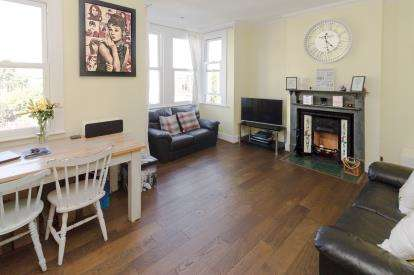 2 Bedrooms Flat for sale in Leigh-On-Sea, Essex